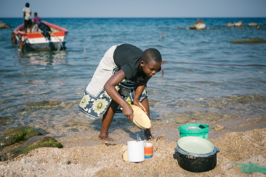 Sanje居民習慣在湖邊清洗碗盤